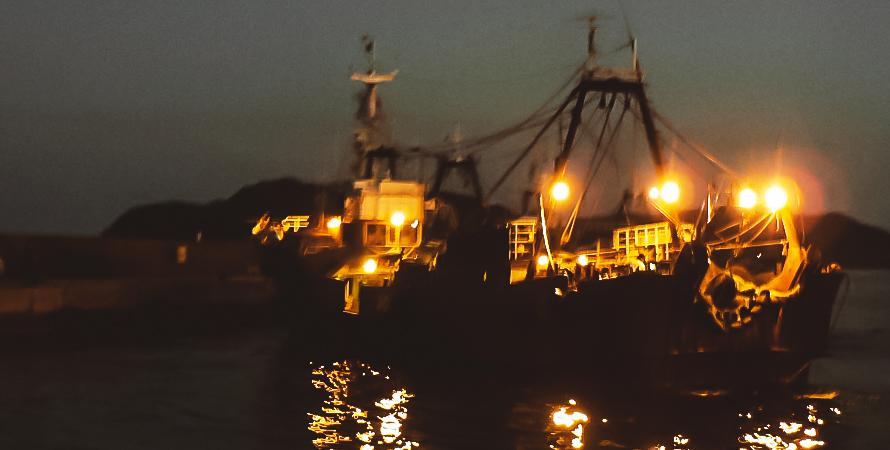 浜田漁港に入港する沖合い底曳船